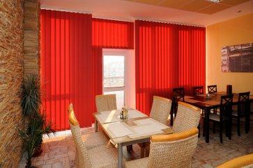 Cortina Lamas Verticales DSM Traslúcido Rojo